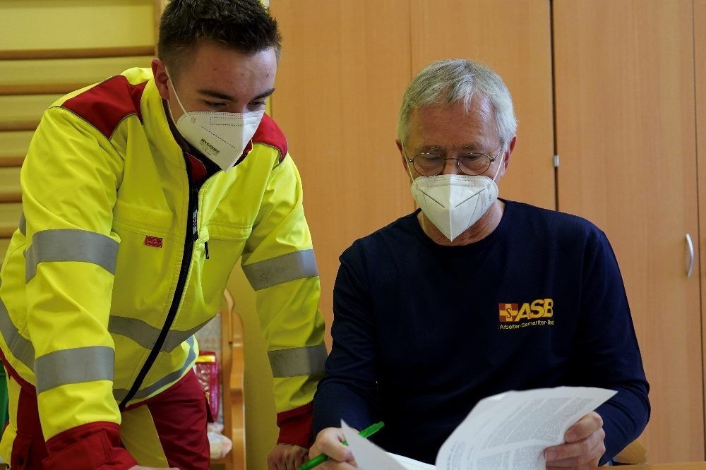 Dr. med. Matthias Czech, Impfarzt und Vorstandsvorsitzender des ASB LV Sachsen e.V. mit einem Impfhelfer der Johanniter. Quelle: ASB Sachsen