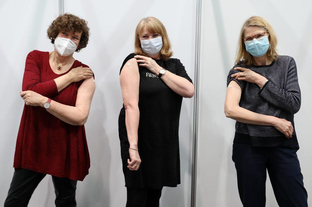 Ministerin Köpping mit Prof. Schücking (links) und Prof. Dräger nach der Impfung. © SMS