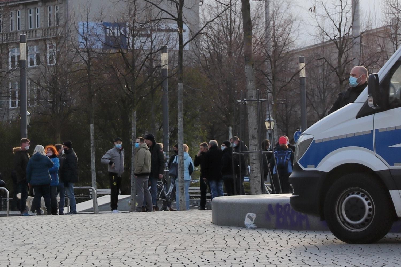 """""""Nasenpimmel"""", teos ohne Masken und teils mit - """"Querdenker"""" am 12. April 2021 in Leipzig. Foto: LZ"""