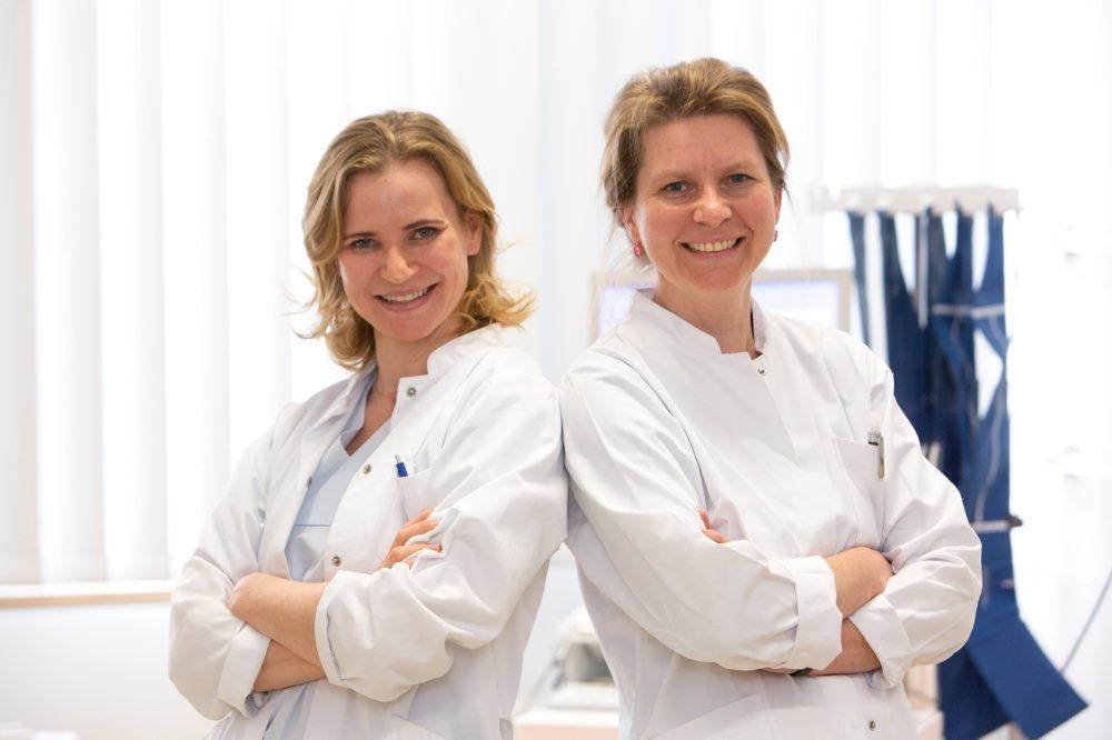 Dr. Manuela Konert (li.) und Dr. Katja Mühlberg, Oberärztinnen an der Klinik für Angiologie des UKL, betreuen das neue Venenzentrum. Foto: Stefan Straube / UKL