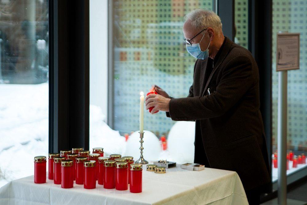 Prof. Christoph Josten, Medizinischer Vorstand am UKL, entzündet eine Kerze für verstorbene Patienten bei einer Gedenkfeier im UKL im Februar 2021. Foto: Hagen Deichsel/UKL