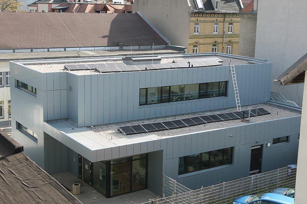 Ansicht der neuen PV-Anlage auf dem Schulgebäude vor der Bebelhalle, Quelle: Stadt Markranstädt