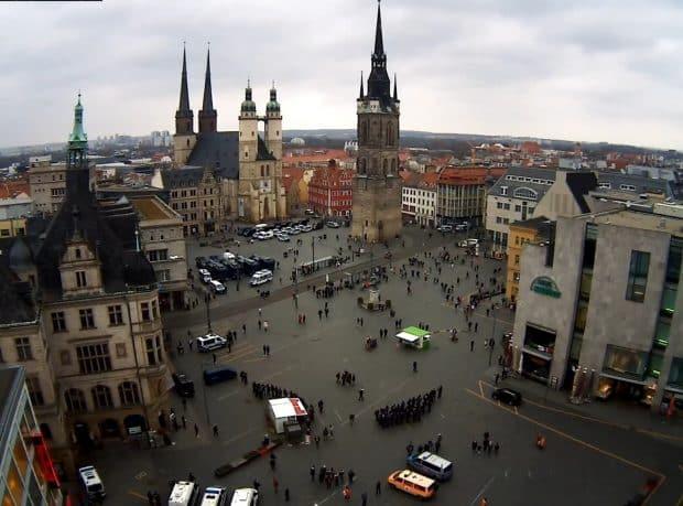 Der Marktplatz in Halle um 17 Uhr Uhr. Screen Webcam von ipcamlive.com