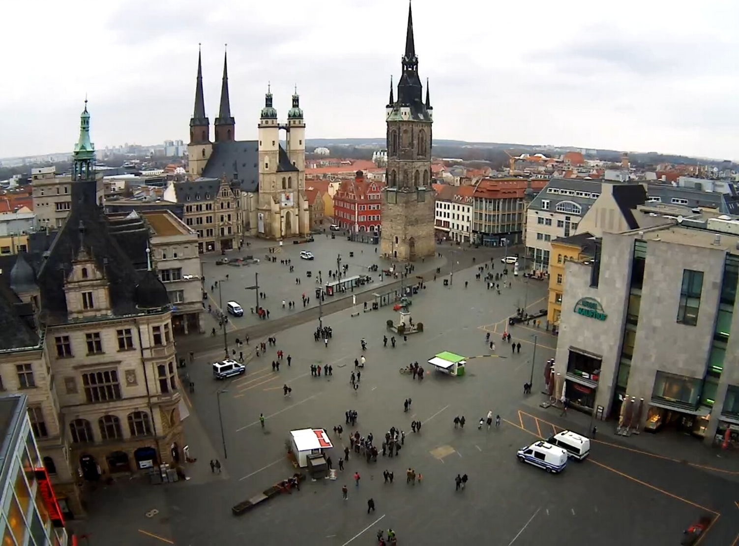 Der Marktplatz in Halle um 17:20 Uhr. Screen Webcam von ipcamlive.com