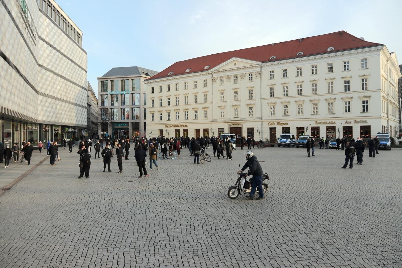 Der Gegenprotest aus vorwiegen jungen Menschen. Foto: LZ