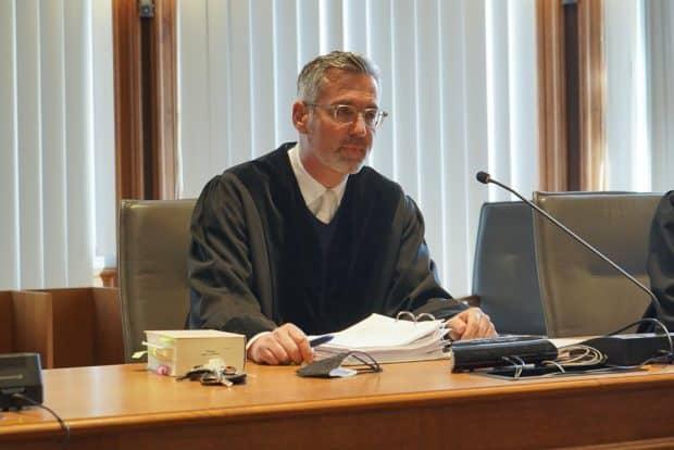 Geht es nach einigen Verteidigern, setzt Richter Bernd Gicklhorn den Prozess aus bis coronakonform verhandelt werden kann oder die Pandemie vorbei ist. Foto: Martin Schöler