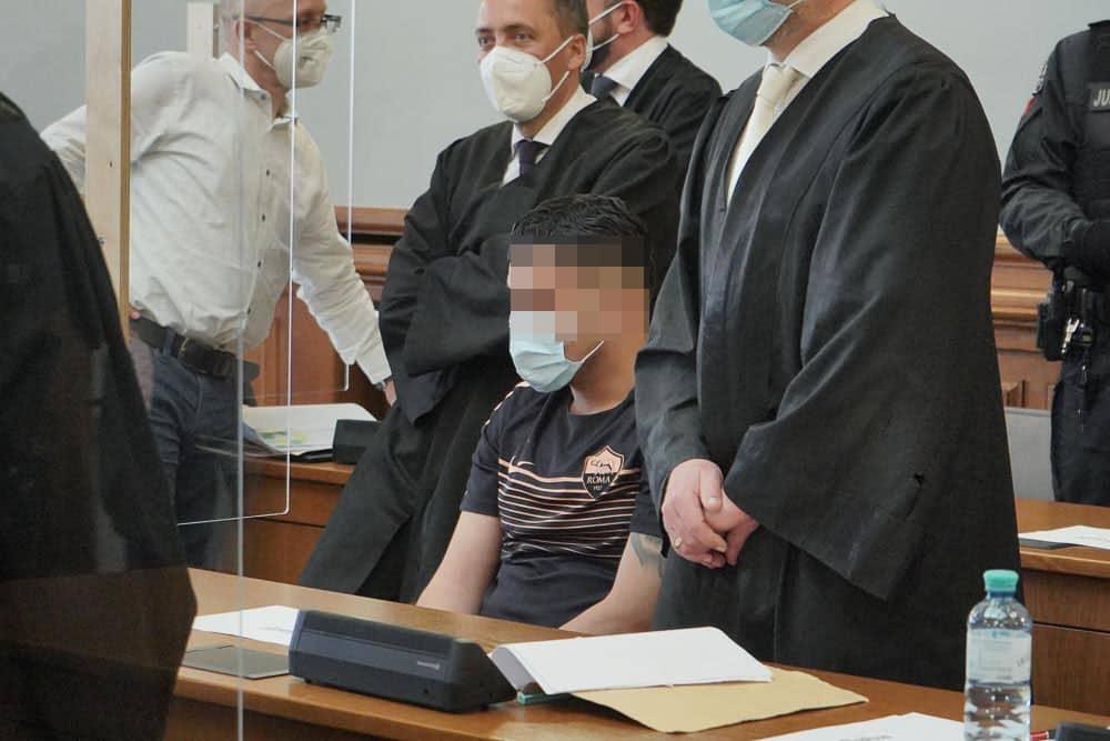 Vor dem Landgericht müssen sich vier Männer wegen versuchten Mordes verantworten. Sie sollen am 2. April 2020 einen rivalisierenden Drogenhändler niedergeschossen haben. Foto: Martin Schöler