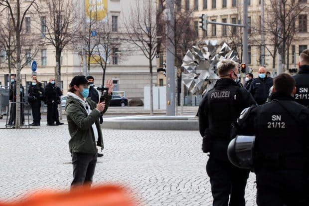 Einen szeneeignen Handyfilmer der Querdenker war auch dabei und versichte von der Polizei beschützt ein bisschen zu provozieren. Foto: LZ
