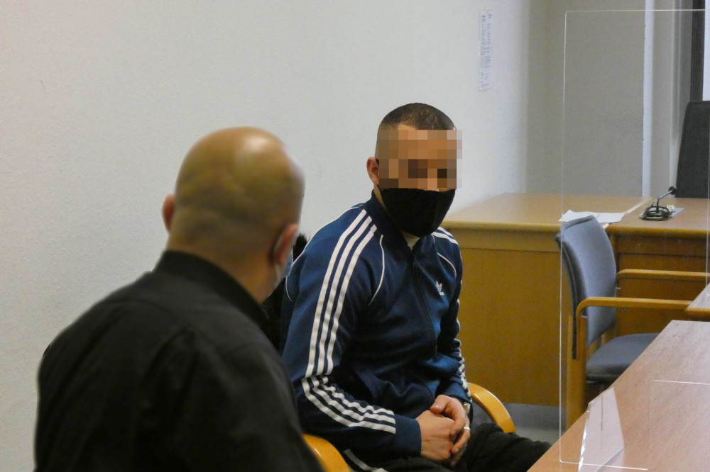 Freigesprochen: Aymen B. (27, r.), hier mit einem Dolmetscher beim Auftakt des Berufungsprozesses im Januar 2021. Foto: Lucas Böhme