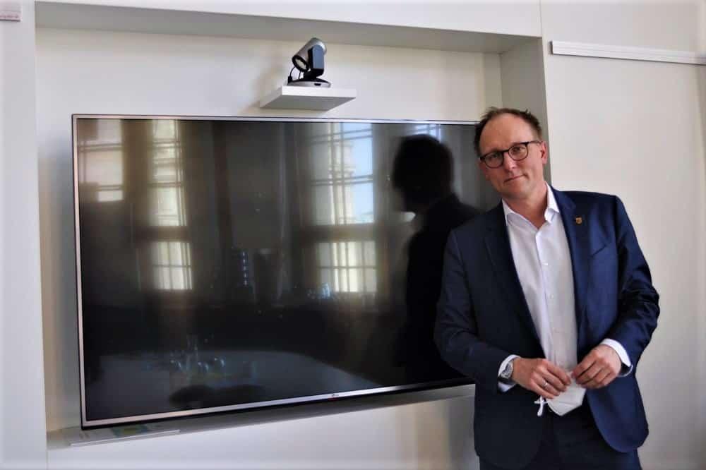 Verwaltungsbürgermeister Ulrich Hörning war der Erste mit einer Videokonferenzwand im Neuen Rathaus. Foto: Antonia Weber