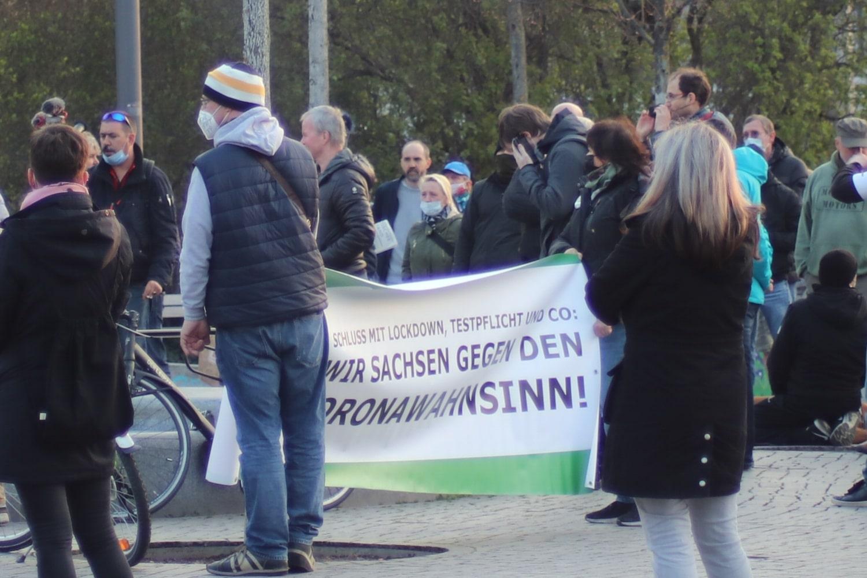 """Das Banner im Layout der """"Freien Sachsen"""" wie eine Woche zuvor auf der """"Querdenker""""-Demo. Foto: LZ"""