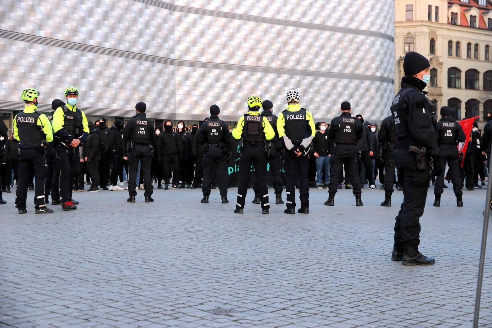 Der Gegenprotest in schwarz und fest vermummt auf der anderen Seite des Wagner-Platzes. Foto: LZ