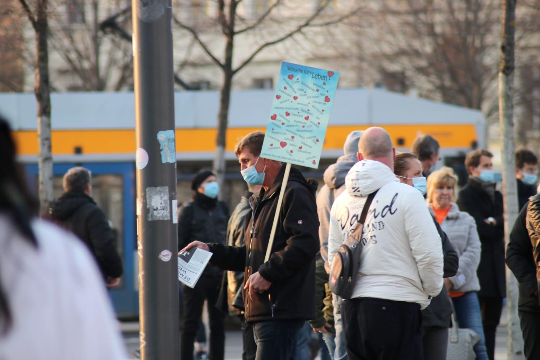 """Die kostenlose Szenezeitung """"Demokratischer Widerstand"""" aus Berlin wurde auch wieder verteilt. Foto: LZ"""