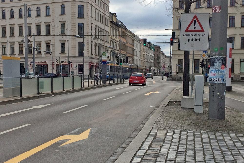 Die neue Ampelsteuerung an der Kreuzung Jahnallee/Leibnizstraße sowie geänderte Fahrspuraufteilung. Foto: LZ