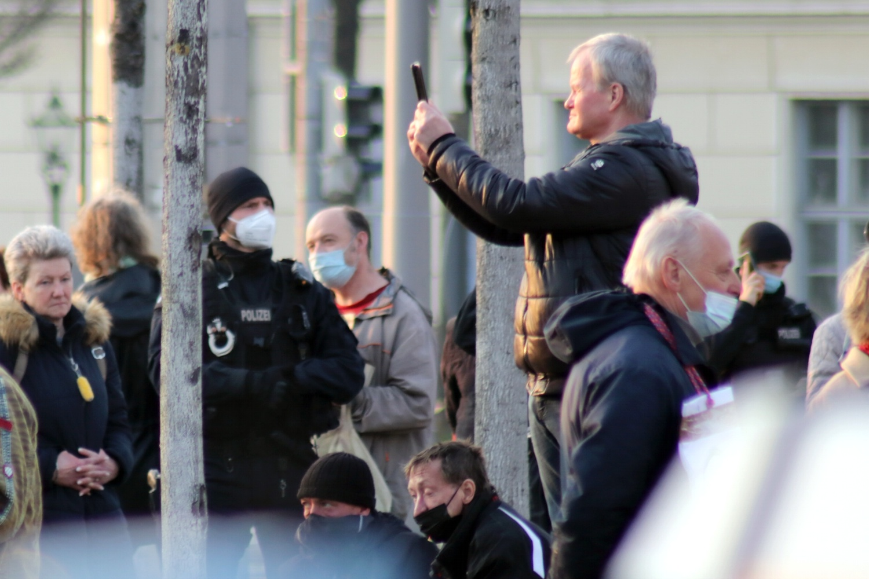 Konzentriertes Wegsehen und ein Telefonat waren am 1. April Bestandteil polizeilicher Arbeit bei der Coronaleugner-Versammlung. Foto: LZ