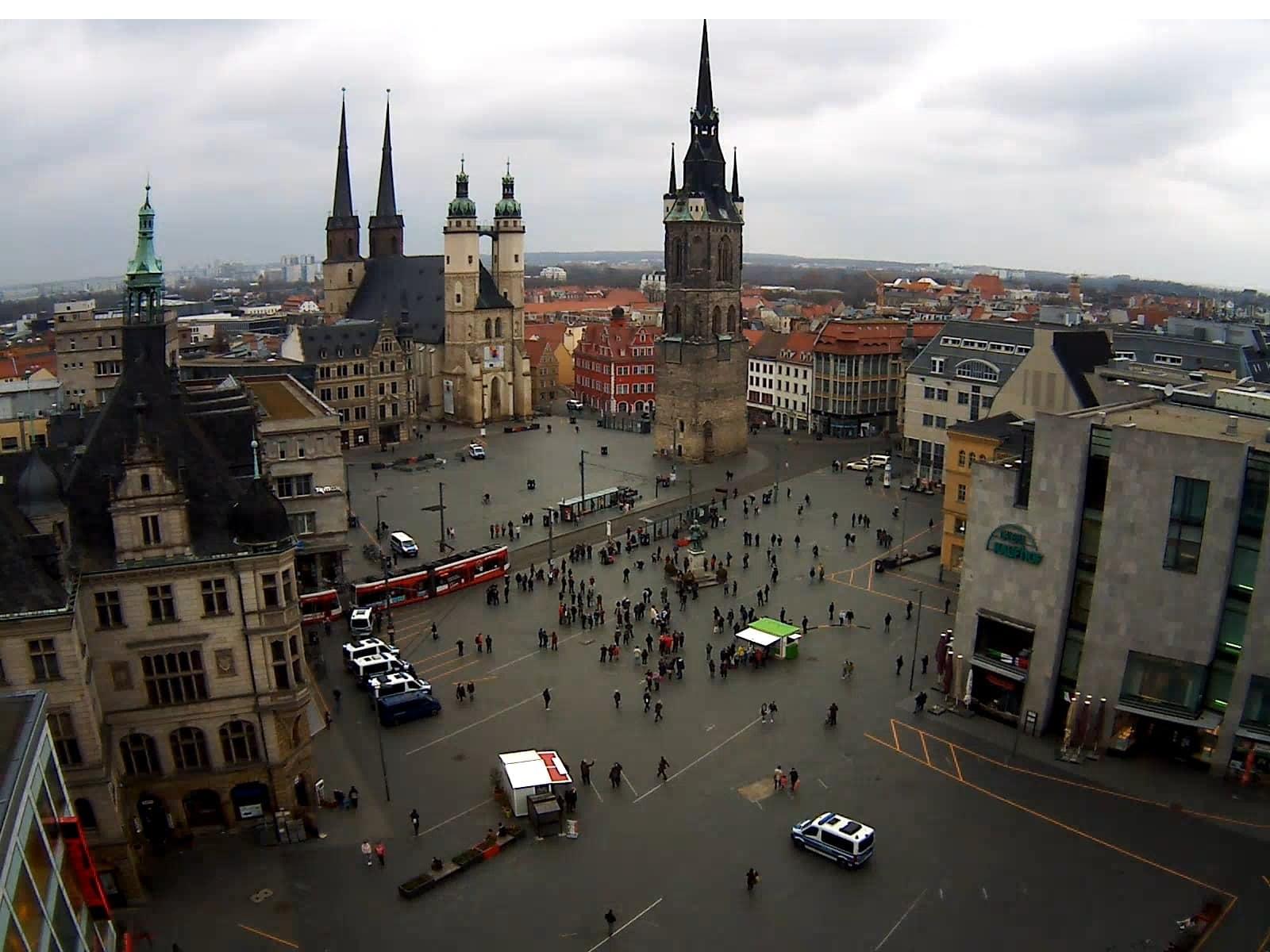 Der Marktplatz in Halle um 16:35 Uhr. Screen Webcam von ipcamlive.com