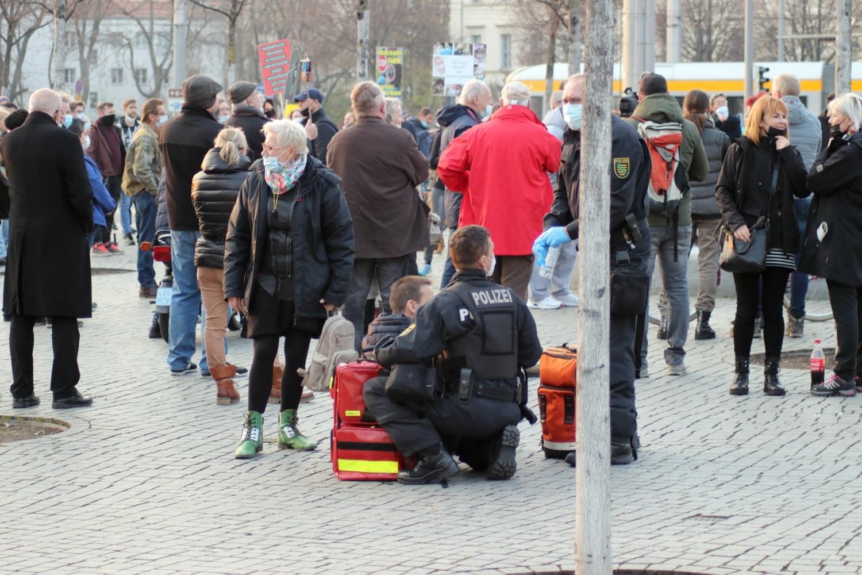 Offenbar ein Schwächeanfall bei einem Corona-Demo-Teilnehmer. Foto: LZ