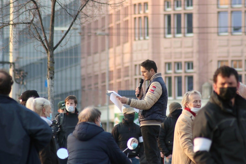 Anmelder Volker bewegt sich mit rechten Narrativen auf Legidas Spuren. Foto: LZ