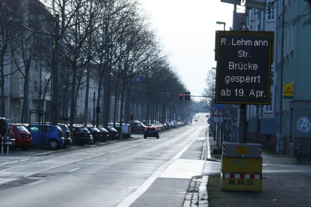 Vorwarnung für den Beginn der Brückensperrung ab 19. April. Foto: Ralf Julke