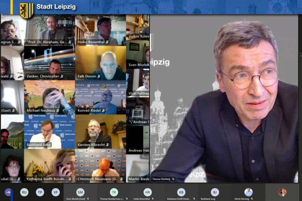Baubürgermeister Thomas Dienberg stellt die Vorlage zum Bebauungsplan Wilhelm-Leuschner-Platz vor. Foto: Screen Livestream