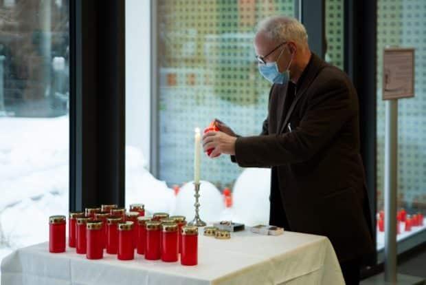 Prof. Christoph Josten, Medizinischer Vorstand am UKL, entzündet eine Kerze für verstorbene Patienten bei einer Gedenkfeier im UKL im Februar 2021. Foto: Hagen Deichsel/ UKL