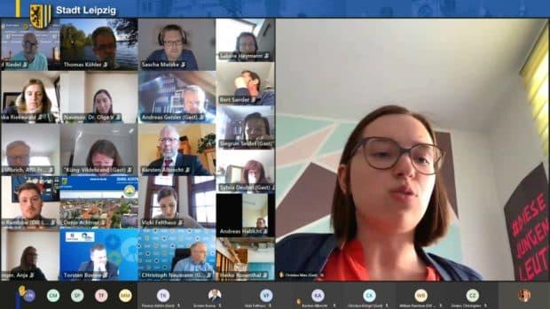 Christina März in ihrer Rede zum Änderungsantrag von SPD- und Linksfraktion. Screenshot: Livestream, LZ