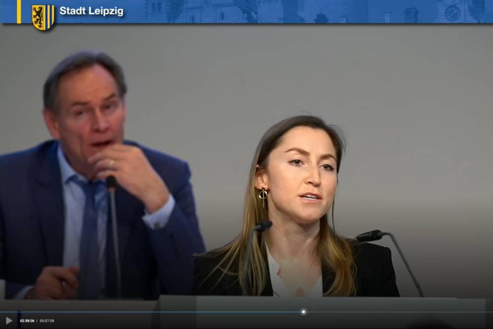 Dr. Olga Naumov bei der Einbringung des Linke-Antrags. Screenshot: LZ