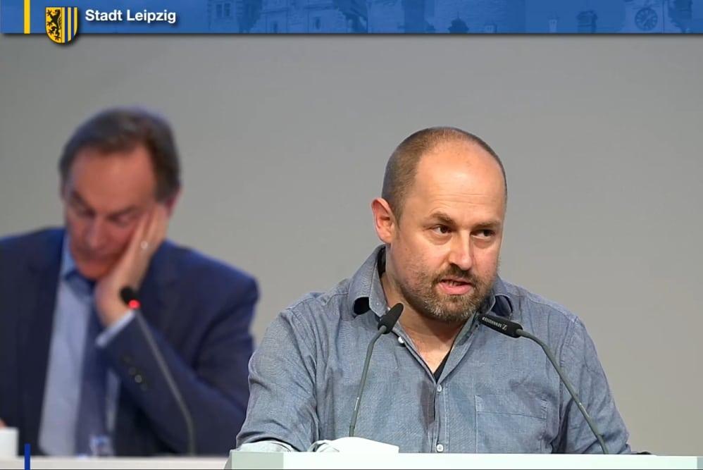 Tobias Peter beim Plädoyer für die Leipziger Auwaldranger. Screenshot: LZ