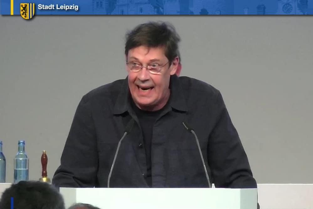 Bert Sander bei der Einbringung des Grünen-Antrages. Screenshot: LZ