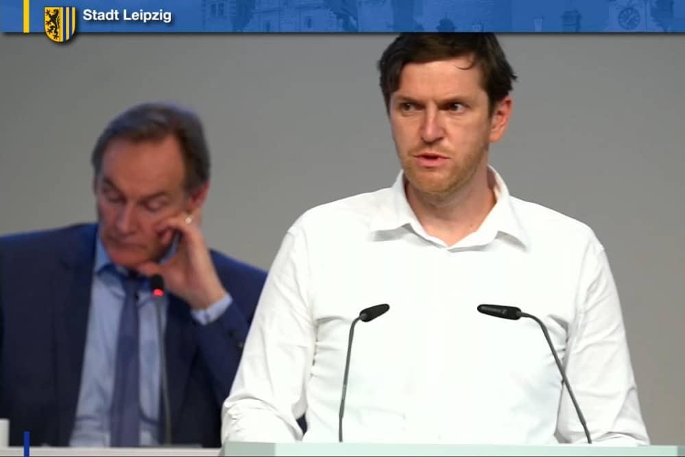 Michael Schmidt bei seiner Rede für den Hort der 60. Grundschule. Screenshot: LZ