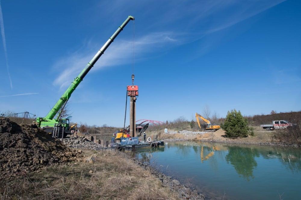 Bau der ersten Spundwand am Störmthaler Kanal. Foto: LMBV / Anika Dollmeyer