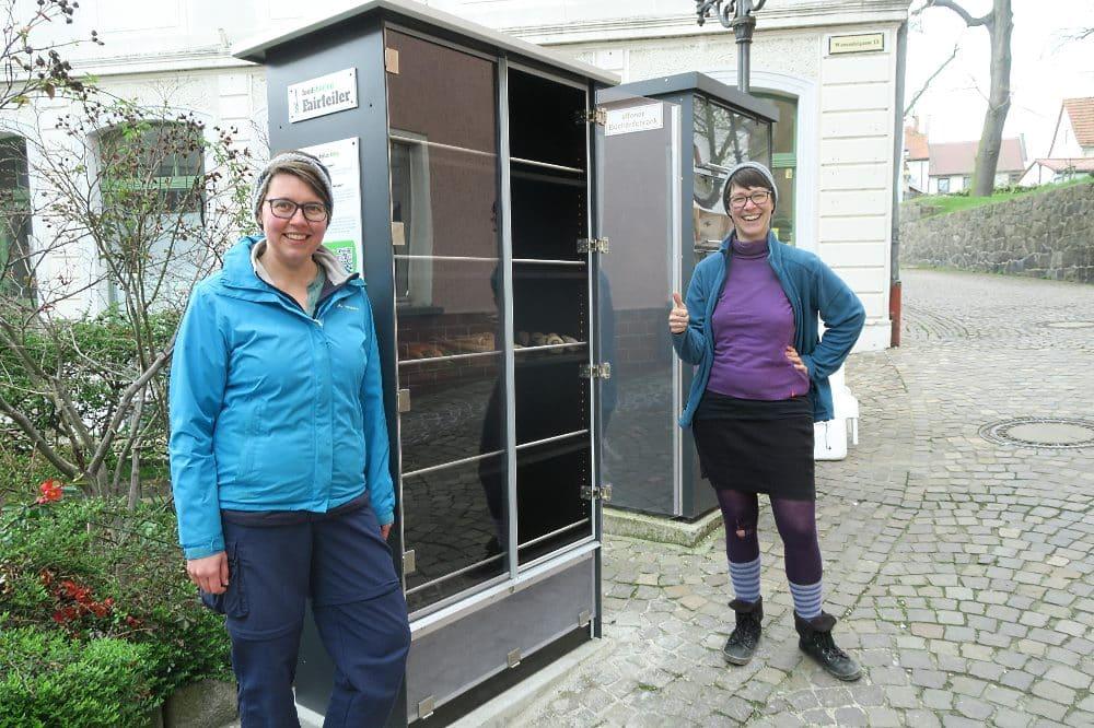 Nathalie Szycher (l.) und Janina Becker von der Wurzener foodsharing-Gruppe freuen sich über die Eröffnung des neuen Fairteilers. Quelle: Foodsharing Muldentalkreis