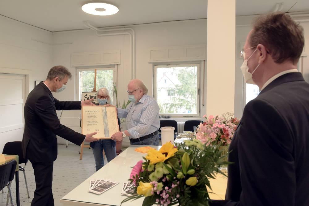 Landrat Kai Emanuel (links) und Sparkassen-Chef Harald Langenfeld (rechts) überreichen Jeanette und Reinhard Rössler in Hohenossig den Gellert-Preis. Foto: LRA/Bley