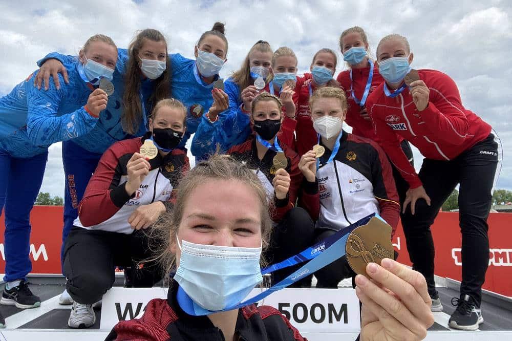 Der deutsche Vierer-Kajak der Damen mit SC DHfK-Kanutin Melanie Gebhardt (2. Reihe, 1. von rechts) bei der Siegerehrung nach dem Weltcup-Sieg in Szeged. Quelle: privat