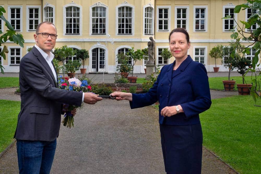 Kulturamtsleiterin Dr. Anja Jackes und Thomas Roßdeutscher, Geschäftsführer der neuen Betreibergesellschaft, bei der Schlüsselübergabe vor dem Gohliser Schlösschen. Quelle: feinblende.de