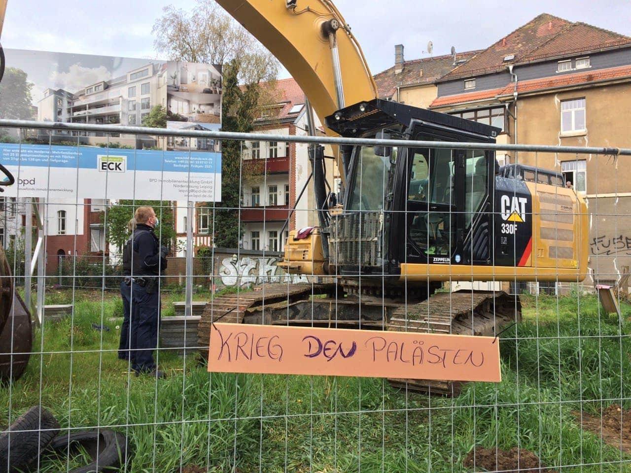 Schild am Bauzaun der Bornaischen Straße 84. Foto: LZ
