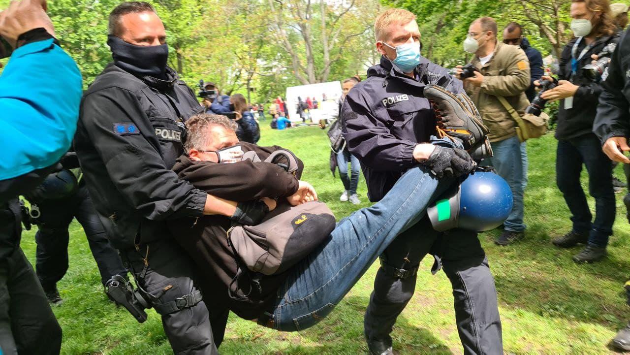 Gleich bei der ersten Versammlung gabs den meisten Rabatz und Widerstandshandlungen gegen die Polizei am 23. Mai 2021 in Berlin. Foto: LZ/Leon Eisfeld-Mylius