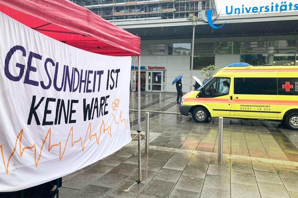 """""""Gesundheit ist keine Ware"""": Zum Tag der Pflege fanden verschiedene Aktionen in Leipzig statt. Hier vor dem UKL waren beschäftigte eingeladen, ihre Erfahrungen und Forderungen zu teilen. Foto: LZ"""