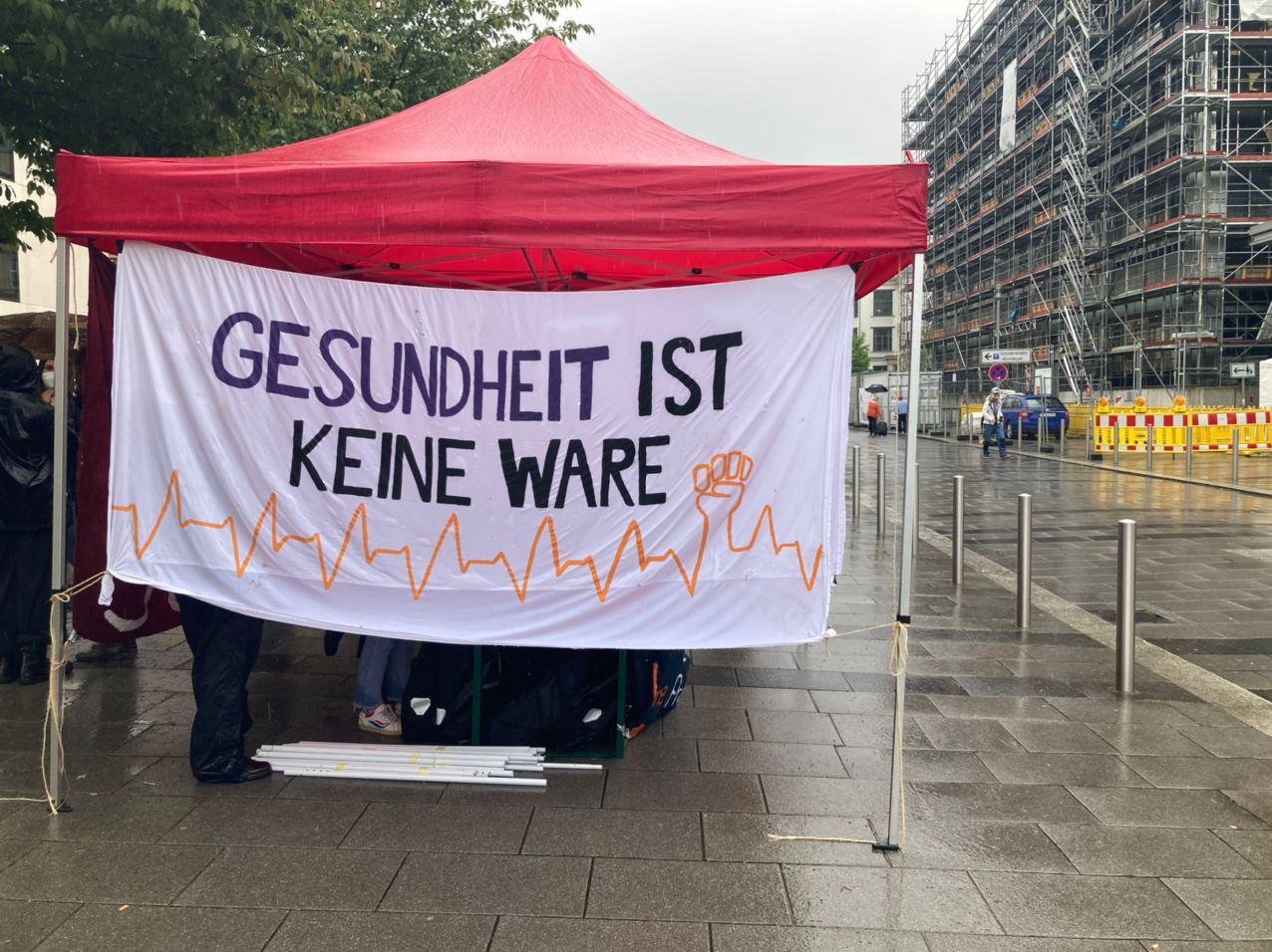 Aus Anlass des Internationalen Tags der Pflege am 12. Mai 2021 forderten die Linke Leipzig, die Gewerkschaft verdi, der SDS und andere ortsansässige Initiativen eine Verbesserung der Arbeitsbedingungen in der Pflege. Foto: Birthe Kleemann