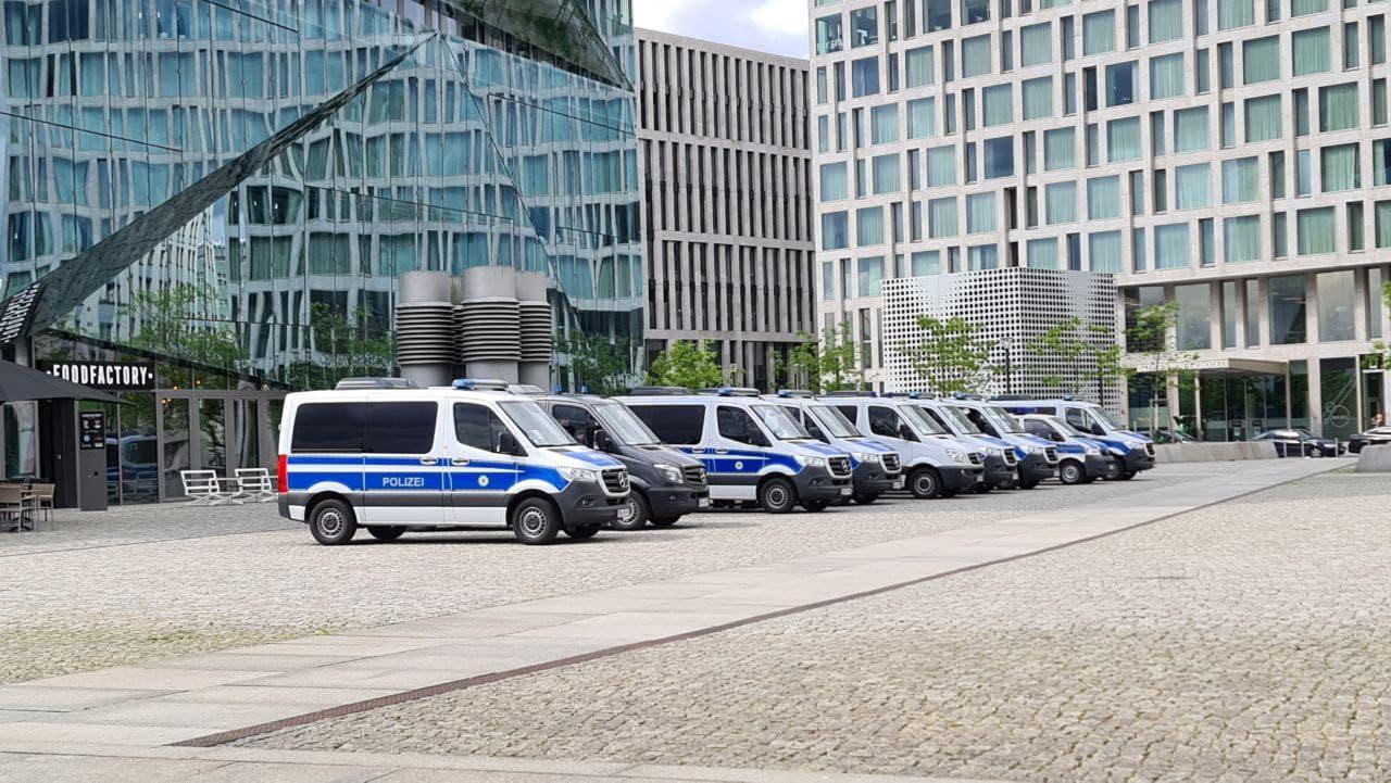 Ankunft in Berlin - die Polizei wartet schon. Foto: LZ/Leon Eisfeld-Mylius