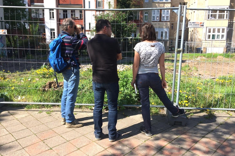 Axel Schmoll vom Umweltamt packt das Fernglas aus. Foto: LZ