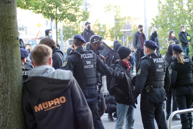 Beräumung des Platzes durch die Polizei gegen Ende der Demonstration. Foto: LZ
