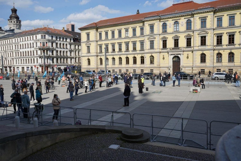 """Trotz Aufruf der """"Bürgerbewegung 2021"""" hier auch hinzugehen: die """"Bewegung Leipzig / Querdenken"""" auf dem Simsonplatz mit geringer Beteiligung. Foto: LZ"""