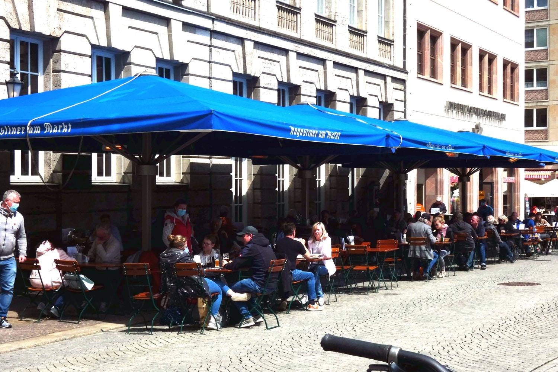Ein bisschen Normalität: Freisitz in der Leipziger City am Dienstag. Foto: Lucas Böhme