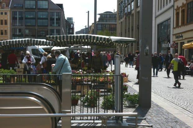 Ein buntes Treiben auch beim Wochenmarkt in der Innenstadt am Dienstag. Foto: Lucas Böhme