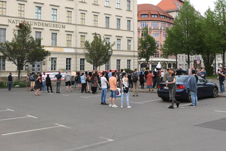 """Die Versammlung der """"Bürgerbewegung Leipzig 2021"""" schrumpft weiter. Mittlerweile noch etwa 50 Teilnehmerinnen. Foto: LZ"""