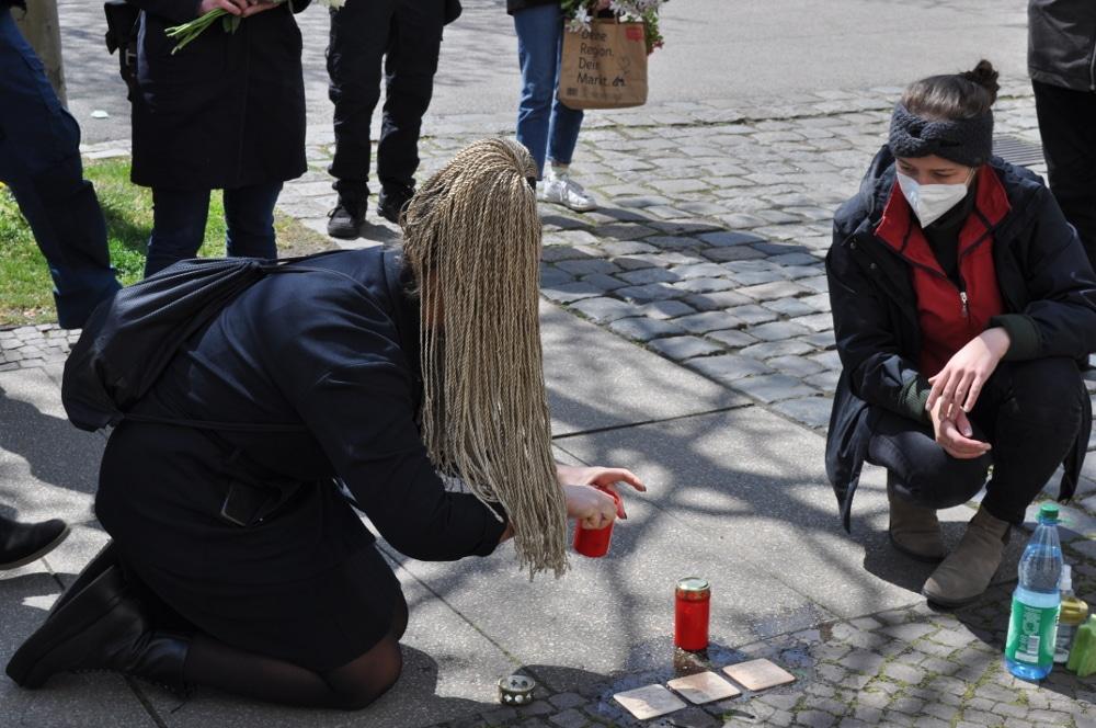 Irena Rudolph-Kokot (SPD) stellt eine Kerze ab. Foto: LZ