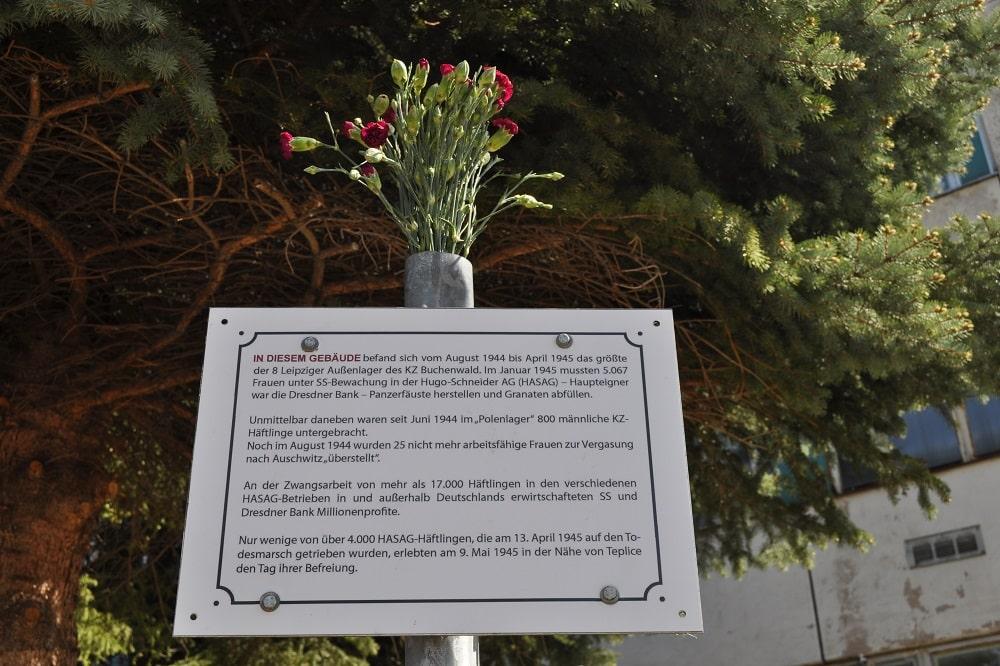 Eine Gedenktafel beim ersten Halt der antifaschistischen Fahrrad-Demo am 9. Mai: die Kamenzer Straße 12. Foto: LZ