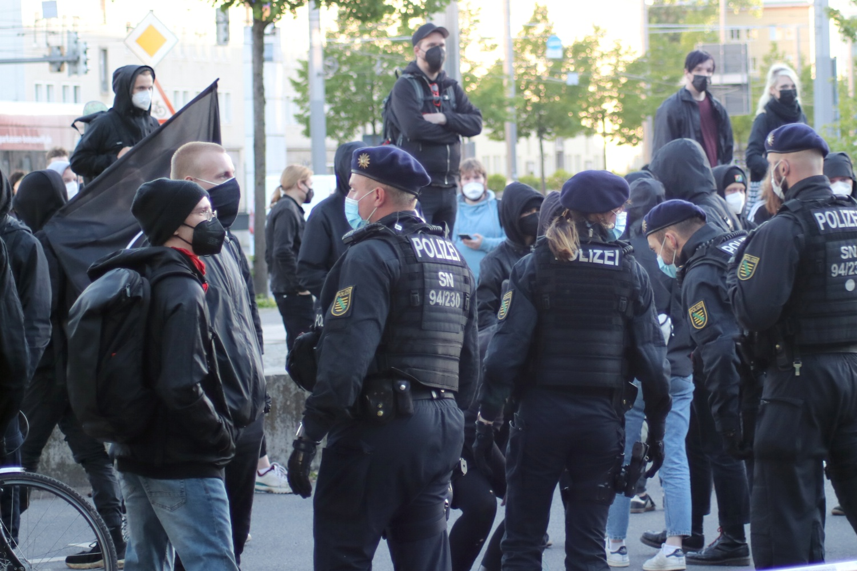 Nachdem er mit Sprechchören hörbar protestiert, wird der Gegenprotest vom Platz gedrängt. Foto: LZ