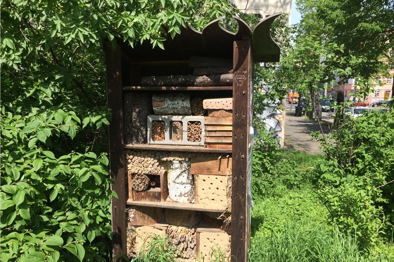 Ein Insektenhotel in der direkten Nachbarschaft des Grundstückes. Foto: LZ